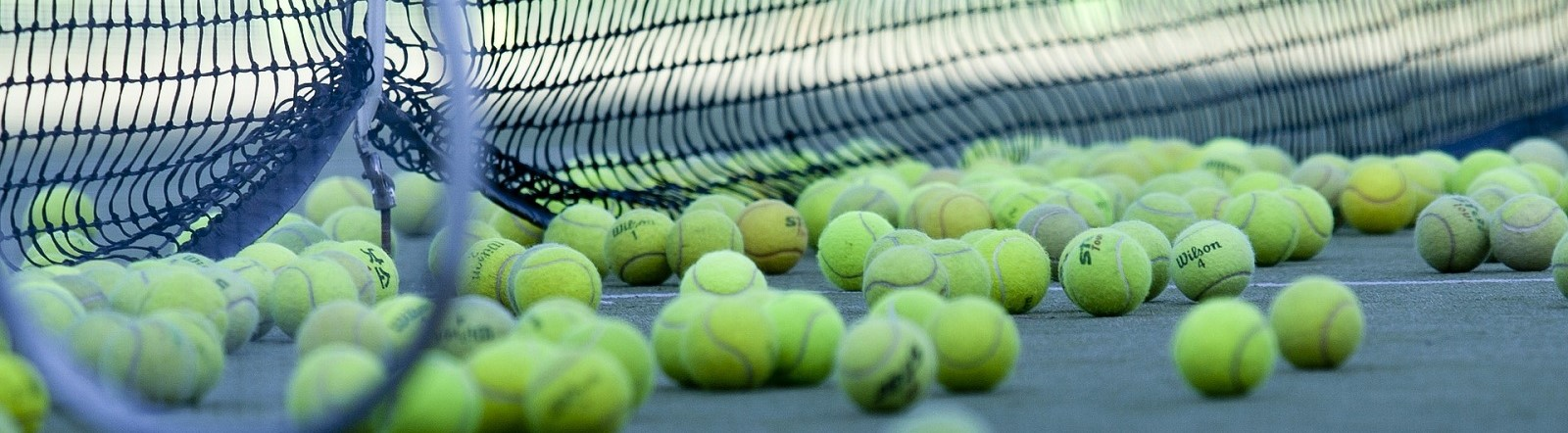 Image by HeungSoon from Pixabay of tennis court and balls